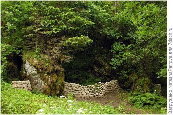 Парящие камни в ограде. Природный парк Сен-Пьер ан-Шартрез, Франция. Фото с сайта http://www.cokonrads.de