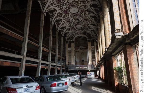 Парковка в бывшем здании оперного театра. Фото с сайта varlamov.ru