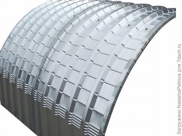 Из профнастила можно делать не только плоские объекты. фото с сайта http://www.steelroofsheets.co.uk/