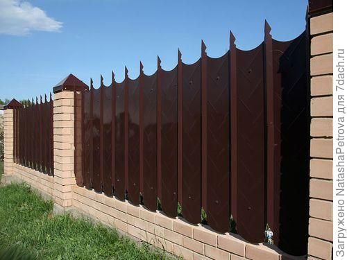Забор из профнастила с фигурным краем. Фото с сайтаhttp://zabornyi.ru/