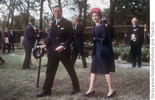 Чарльз Макларен, третий лорд Аберконвей, президент Королевского Общества Садоводов, демонстрирует выставку цветов в Челси королеве Елизавете II, 1960 год. Из архива RHS. Фото с сайта mirror.co.uk