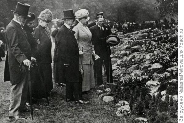 Королева Мария с сопровождением на выставке цветов в Челси. 1913 год. Из архива RHS (Королевского Общества Садоводов). Фото с сайта mirror.co.uk