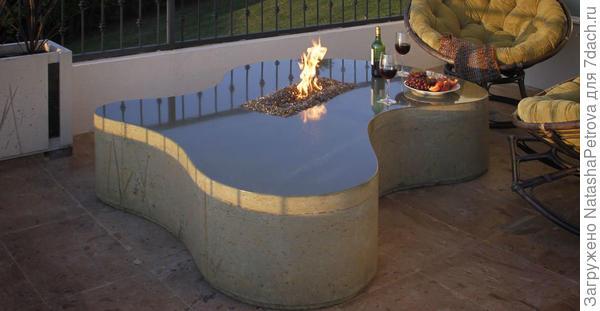 Стол из полированного бетона с очагом для террасы. Фото с сайта http://www.concreteexchange.com