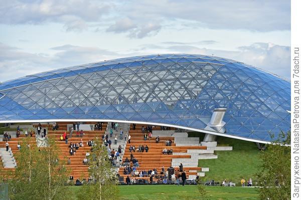Стеклянная кора - крупнейшая светопрозрачная конструкция без опорных стен. Фото с сайта stroi.mos.ru