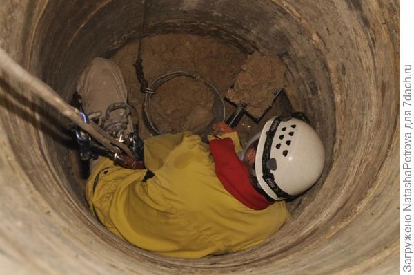 Работа в колодце. Фото с сайта http://stroytolk.ru