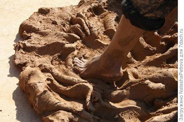 Глина для замка должна быть хорошо промята - только тогда она станет водоупорной. Фото с сайта http://iz-kirpicha.su/