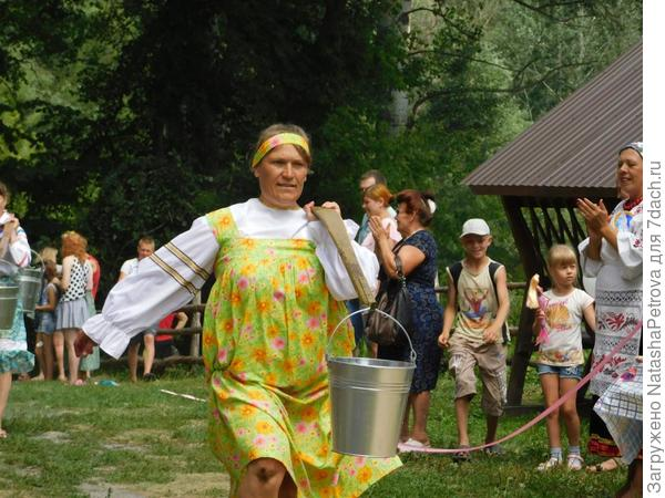 Заплечная ноша тяжела. А с коромыслом - преодолима (поговорка). Фото с сайта http://volkultura.ru