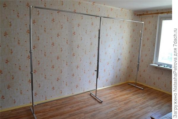 Каркас для ширмы из комплектующих для торгового оборудования. Фото с сайта http://forum.decormehedova.ru