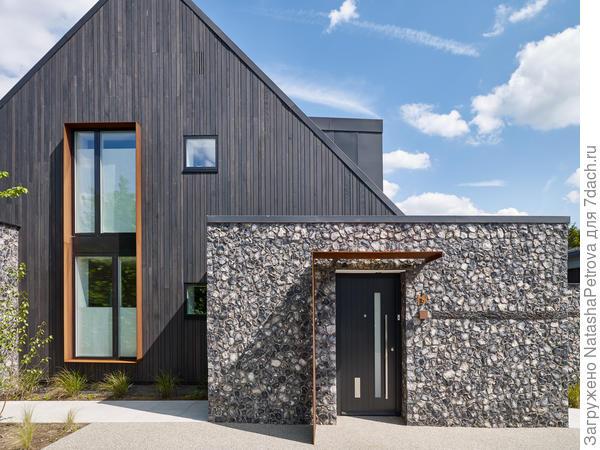 Дом, облицованный обожжённой доской. Фото с сайта https://www.skyhousedesigncentre.com
