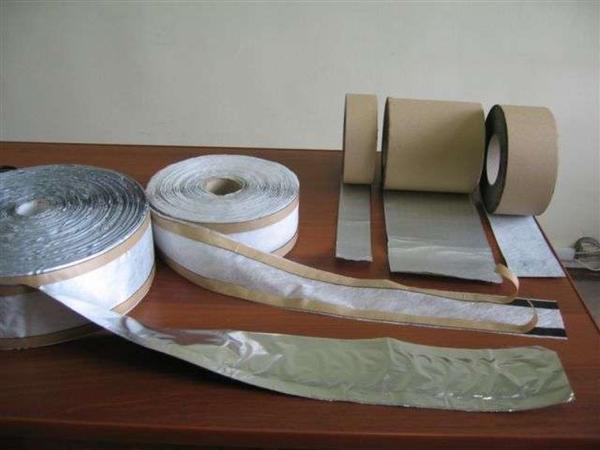 Гидро и пароизолирующие ленты для монтажа окон с клейким слоем. Фото с сайта http://chistoe-okno.ru