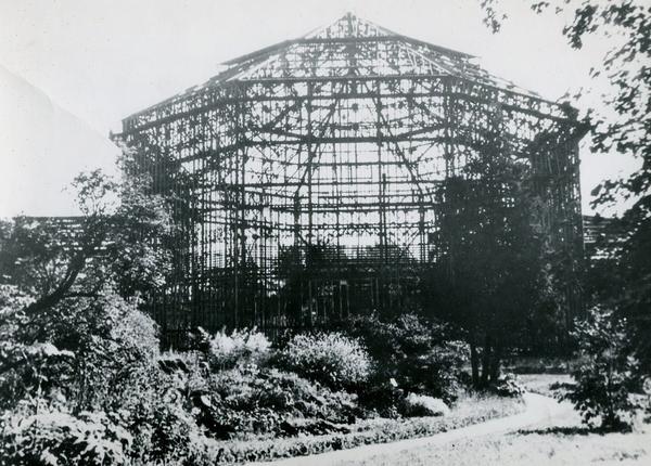 Разрушенная пальмовая оранжерея. Фото из архива Ботанического сада http://botsad-spb.com