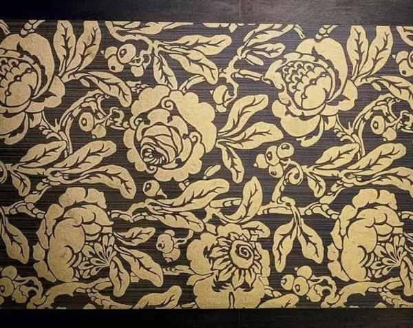 Рисунок позолотой при помощи трафарета. Фото с сайта http://www.kirillistomin.com