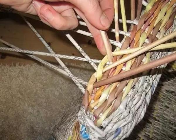 Плетение кресла из газетных трубочек. Фото с сайта http://womanadvice.ru/