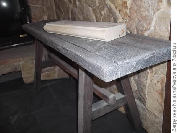 Вот та скамейка, только крупно. Изначально была просто сосновая, как тот кусок доски, который на ней лежит. Состаренная и покрашенная. Цвет для колеровки лака выбрала сама по колеровочному вееру