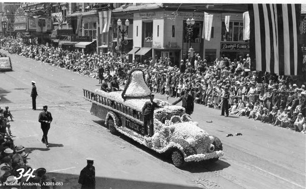 Машина пожарной части №5 Портленда на Параде роз, SW Broadway, 1938. Фото с сайта https://vintageportland.wordpress.com