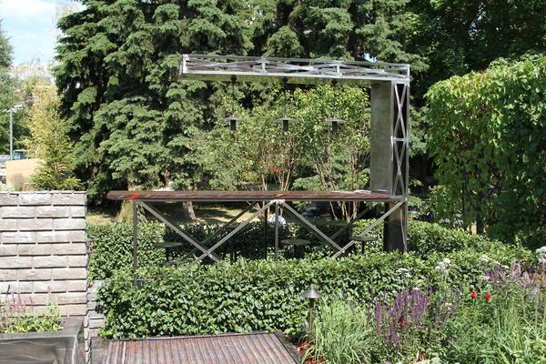 Индустриальная брутальность в саду. Фото Елены Зотовой