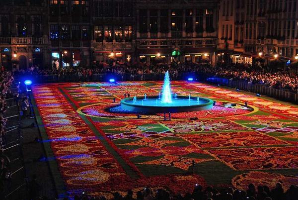 Цветочно-световое шоу на площади в столице Бельгии. Фото с сайта flowercarpet.be