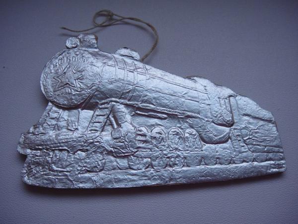 Одна из редчайших и дорогих (5000 рублей) ёлочных игрушек в технике картонажа - Паровоз Иосиф Сталин. Фото с сайта https://meshok.net