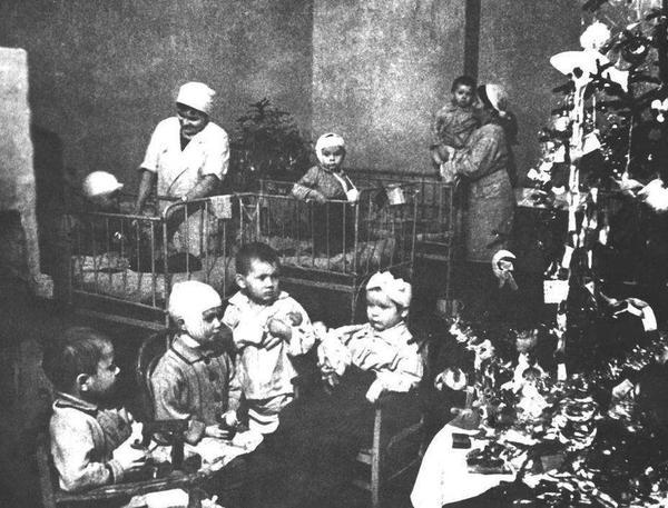 1942 год. Новогодняя ёлка в ленинградском госпитале. Фото с сайта http://smolbattle.ru