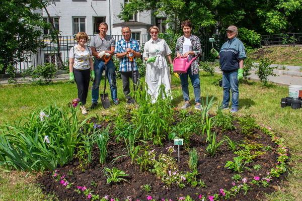 Разбить цветник в своём дворе без разрешения нельзя. Фото участников акции Давай клумбу! с сайта amcult.ru