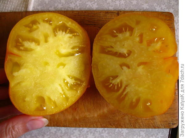 Вот он — срез, который показывает фактуру томата — мясистый, с небольшим содержанием семян, это для меня плюс.