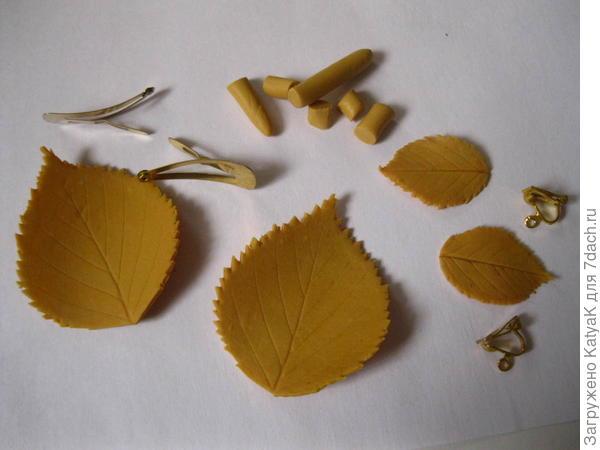 у меня осталась полимерная глина и я решила сделать еще и серьги, для них взяла листочек от шиповника