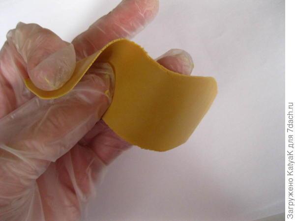 размять полимерную глину, раскатать в тонкий пласт