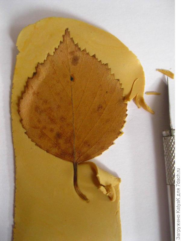 теперь макетным ножом обрезаем всю лишнюю пластику по контуру листа