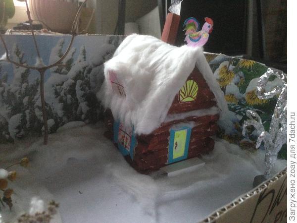 Лесная поляна с домиком.Домик выполнен из бумаги склеен обычным клеем и разукрашен красками.Крыша покрыта снегом из ваты.