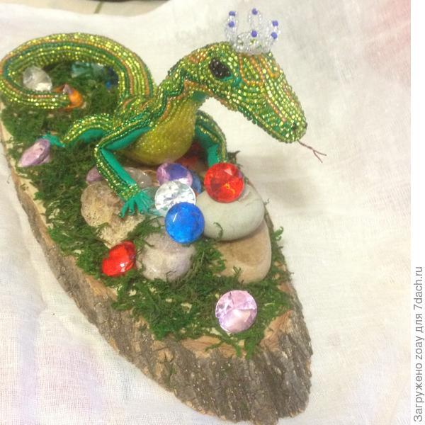 """на досточку посадила камешки выковыряла в цветке и камни цветные приклеила клеем. Мох тоже в """"Леонардо"""" магазине искуственный покупала. Тут уж внучка помогала клеила мох и камешки с удовольствием."""