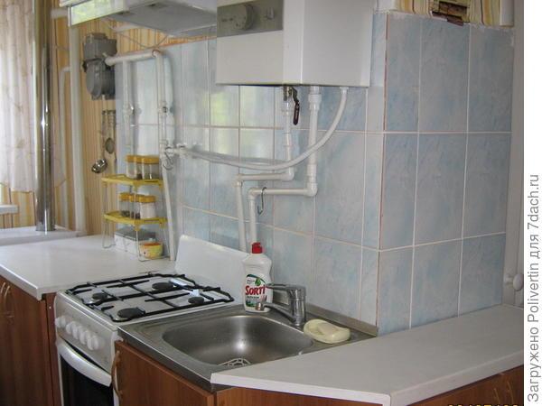 Угловая кухня с выходом в гостиную
