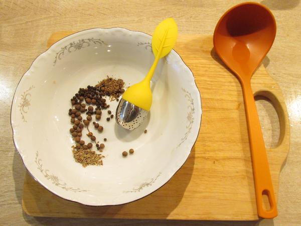 """Обычный мой набор для ухи: перец черный, перец душистый, семена укропа, семена тмина и """"ситечко для супа"""""""