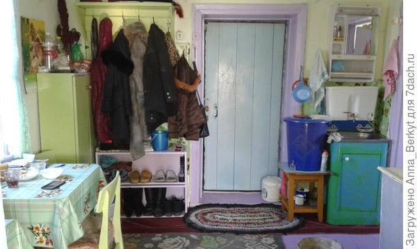 входная дверь, умывальник и вешалка (вид от зала)
