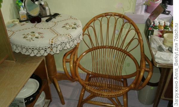 с рук удалось купить недорого круглый столик с плетёным креслом... последнее время всё мечтала об этом :)