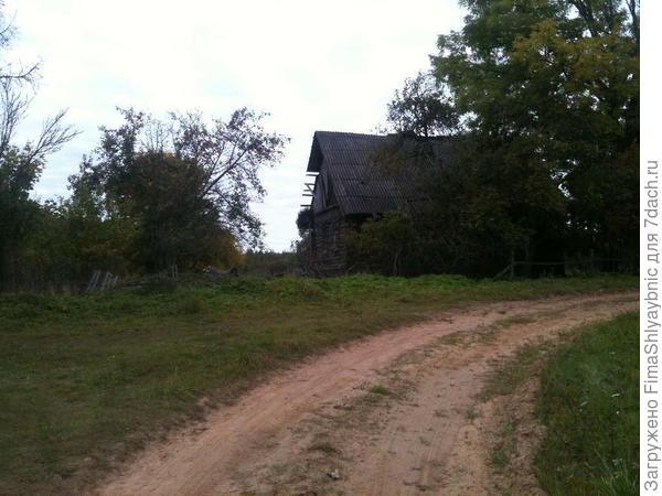 Т-образный перекресток и разваливающийся дом