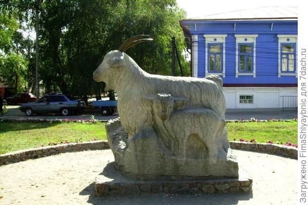 Памятник козе в городе Урюпинск. Фото из группы города Урюпинска в Facebook