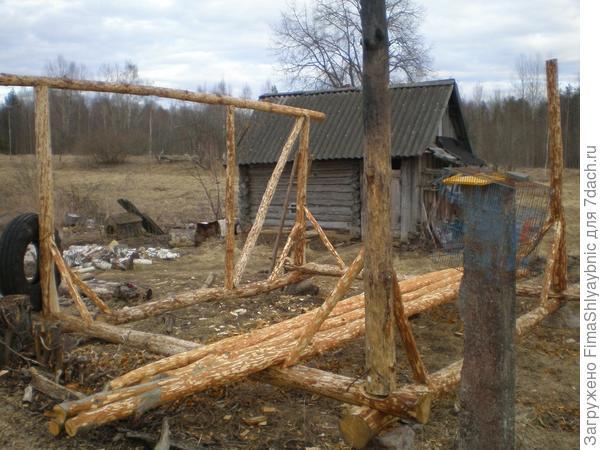 Мой долгострой (навес для дров). На заднем плане - баня с козлятами