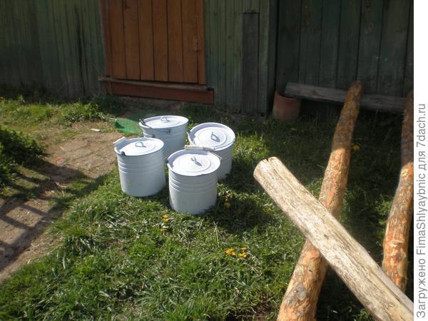 Утром эти ведра все заполнены, и еще восемь литров в кастрюле на веранде стоят