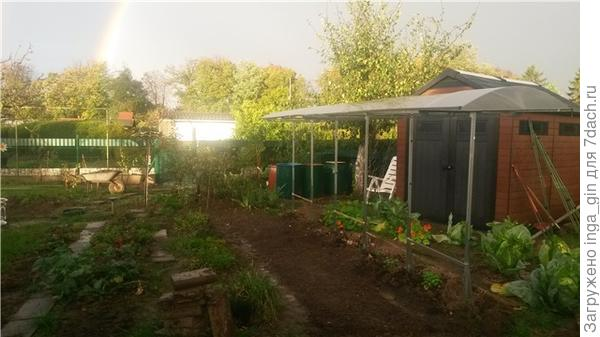 А пока любусь радугой в октябре.Вид на недавно установленный инструментный домик и крышу для помиоров..