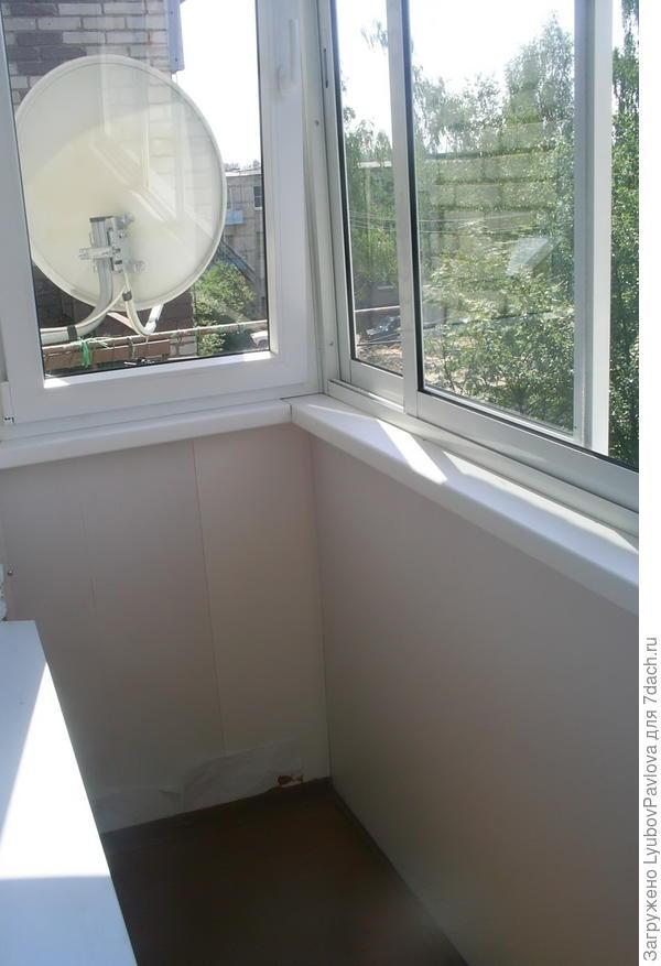 Балкон с пластиковыми рамами, не утеплённый (очень об этом жалею теперь). Пол деревянный.