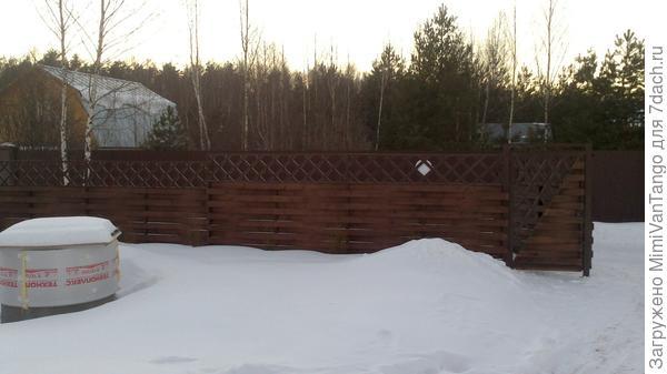 Успели до морозов,погода не подвела.Если присмотреться то по забору можно увидеть маленькие туи.