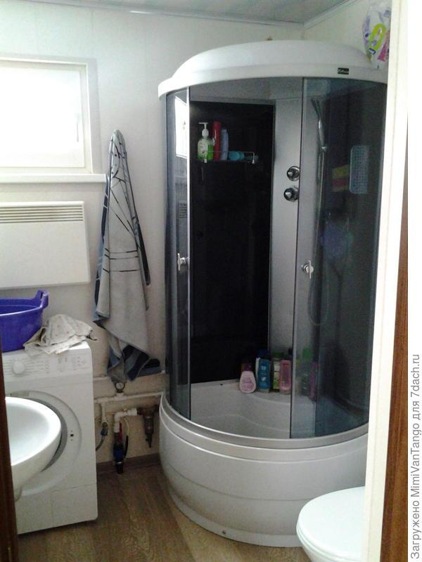 Санузел,с душем, раковиной,унитазом и стиральной машиной.