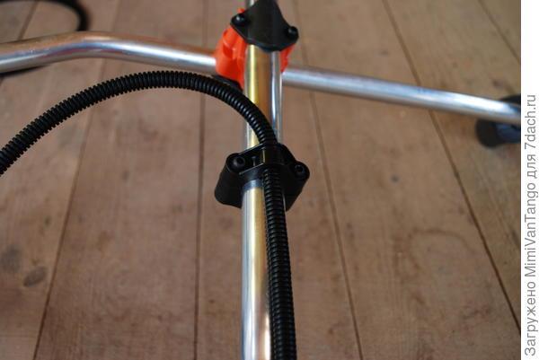Далее закрепил держатель подвески(будьте  внимательны,не забудьте вставить тросик газа в нижнюю часть держателя,как это сделал я.