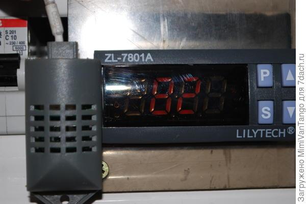 Такой контроллер,регулирует влажность и температуру.