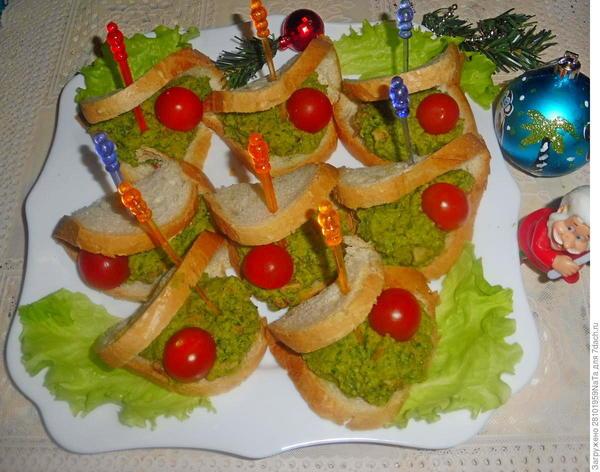 Бутерброды с зеленым горошком и беконом