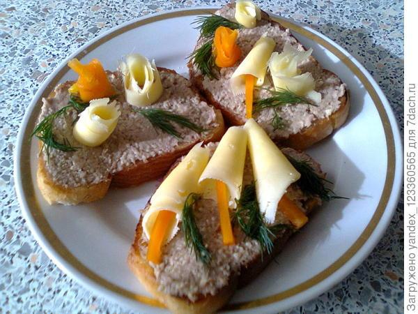 бутерброд с печёночным паштетом собственного приготовления