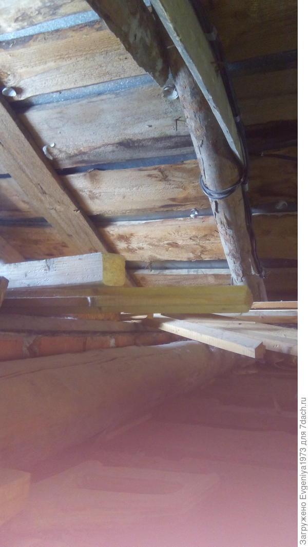 """Чердак мы использовать не планируем как мансарду, высота его не позволяет. Потолок второго этажа сначала думали поднять до конька крыши, но потом отказались от этой идеи. Бревна стропильной системы так часто установлены, что никак их нормально не """"обойти"""" и не """"обыграть""""."""
