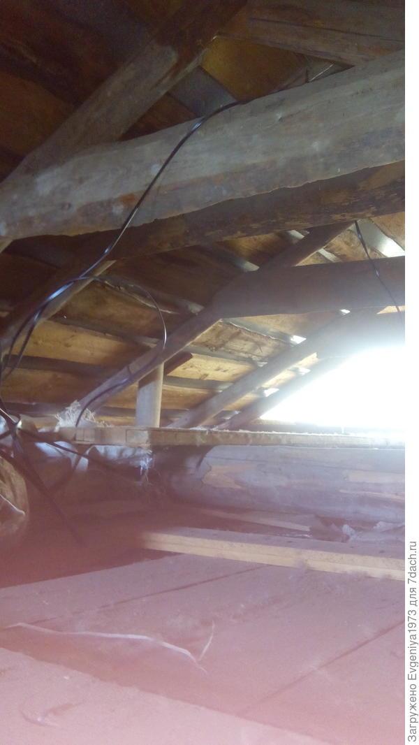 Поэтому насколько возможно потолок мы подняли на втором этаже и остался небольшой чердак, где в рост особо не встанешь, но залезть на него можно.