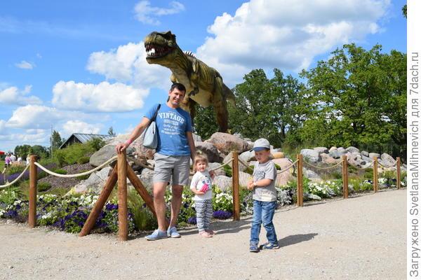 Встречает нас огромный динозавр, который рычит и шевелится. Очень впечатляет.