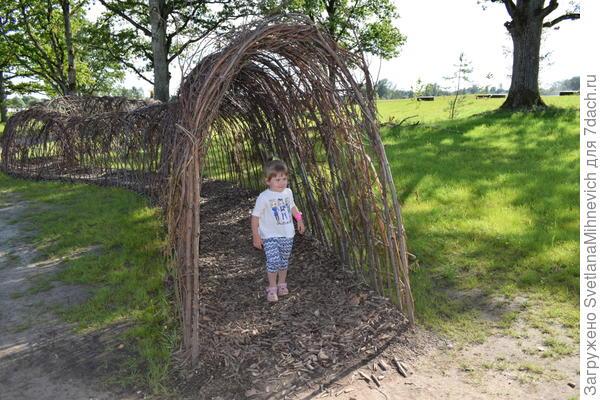 Плетёный тунель очень понравился детям. Бегали туда сюда.А какой  запах..